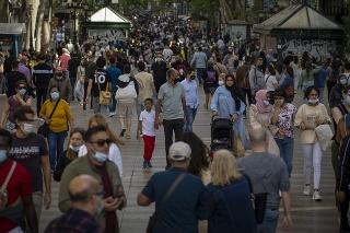 V Barcelone sa po uvoľnení vyšli zabávať tisíce ľudí.