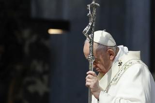 Pápež František vyzval na ukončenie bojov v Pásme Gazy aj Mjanmarsku.