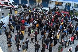 Na očkovanie čakájú denne v Bratislave desiatky, ak nie až stovky ľudí, ktorí dúfajú, že sa im podarí zaočkovať sa zvyšnou vakcínou  Zdroj: Facebook/ Peter Angelov