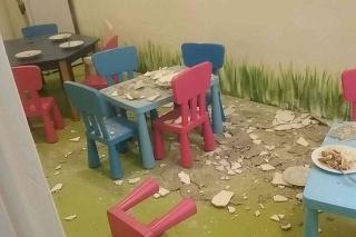 V škôlke na Medenej ulici v Bratislave spadla zo stopu na deti omietka.