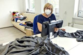 Krajčírka Iveta Sopková (49) z chránenej dielne sa teší, že bude pre Poproč užitočná.