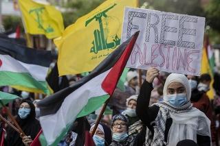 Na snímke stovky členov proiránskeho hnutia Hizballáh a podporovateľov palestínskych organizácií sa v pondelok 17. mája 2021 zišli na južnom predmestí Bejrútu, aby vyjadrili solidaritu s obyvateľmi palestínskeho pásma Gazy, ktoré je už týždeň terčom vojenských operácií izraelskej armády.
