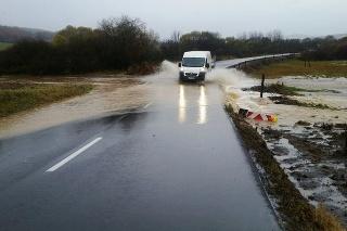 Voda zaliala aj cesty Prešovského kraja.