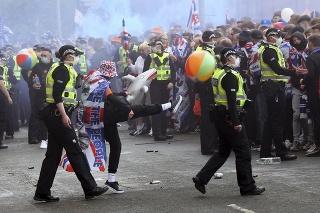 Brutálne scény z Glasgowa: Fanúšikovia Rangers prevrátili mesto, nechýbali krvavé bitky.