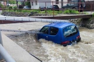 Policajti pomohli zachrániť život babičke, ktorá uviazla s autom v potoku.