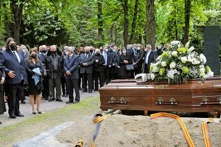 Po bývalom ministrovi školstva zostala manželka (vľavo) aj deti, ktoré sa s ním pri hrobe emotívne lúčili.