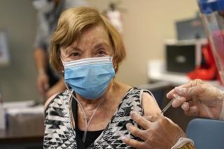 Vakcinácia v domovoch dôchodcov v USA chráni aj tých, ktorí neboli zaočkovaní