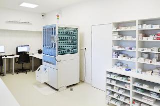 V trebišovskej nemocnici pripravuje lieky pre pacientov robotický automat.