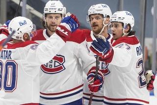 Slovenský hokejista v drese Montrealu Canadiens Tomáš Tatar (vľavo) sa teší z výhry v prvom zápase.