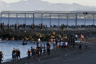 Do španielskej Ceuty dorazilo zhruba tritisíc Maročanov.