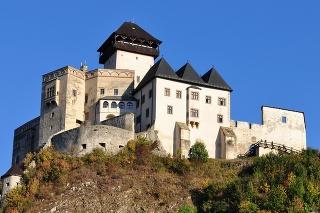 The Trenčín Castle (Trenčiansky hrad) is a castle above the town of Trenčín in western Slovakia .