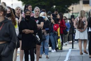 Ľudia museli čakať v dlhých radoch pred obchodmi.