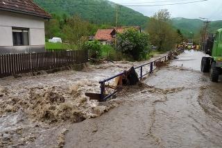 Hasiči odstraňujú následky povodne v Rudne nad Hronom.