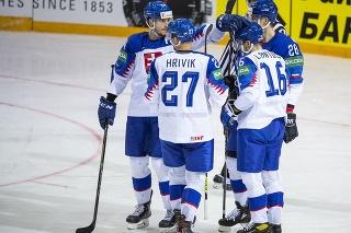 Na snímke slovenskí hokejisti, zľava Peter Cehlárik, Marek Hrivík, Róbert Lantoši a Martin Gernát oslavujú gól v druhom zápase základnej A-skupiny Veľká Británia – Slovensko.