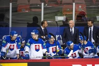 Na snímke slovenská striedačka, uprostred v pozadí hlavný tréner slovenskej hokejovej reprezentácie Craig Ramsay a jeho asistenti Andrej Podkonický (vpravo v pozadí) a Ján Pardavý (vľavo v pozadí).