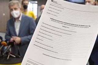 Vľavo minister zdravotníctva SR Vladimír Lengvarský a v popredí doklad pre pacienta o zaočkovaní proti Covid-19