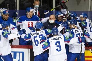 Na snímke slovenská striedačka sa teší po strelení gólu.