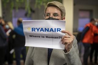 Žena drží nápis ,,Kde je Roman?
