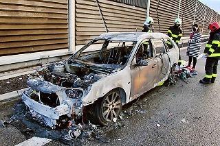 Vozidlo rodiny zhorelo do tla.