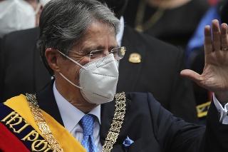 Nový ekvádorský prezident Guillermo Lasso s prezidentskou šerpou máva ľuďom po zložení prísahy