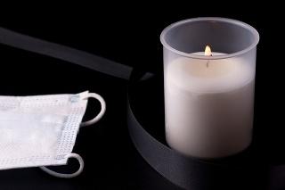 V Trnave si zapálením sviečok uctia obete pandémie ochorenia COVID-19.
