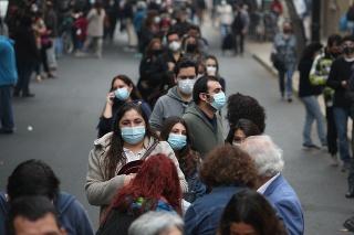 Čile: Vláda zaviedla očkovací preukaz mobility, zdravotníci s tým nesúhlasia.