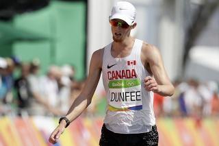 Na snímke vyčerpaný kanadský atlét Evan Dunfee počas OH v Rio de Janeiro.