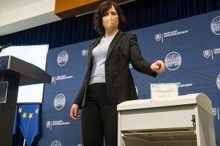 Ministerka Remišová symbolicky skartovala tlačové podoby rodného listu a osvedčení.