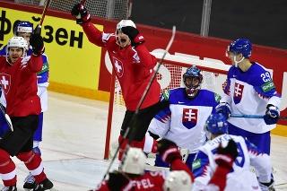 Na snímke gólová radosť Švajčiarov, uprostred   brankár Július Hudáček (Slovensko), v pozadí vpravo Michal Ivan (Slovensko) a v popredí vpravo Matúš Sukeľ (Slovensko) v zápase základnej A-skupiny Švajčiarsko - Slovensko.