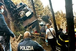 Záchranárom sa naskytol pohľad na zdemolovaný vrak.