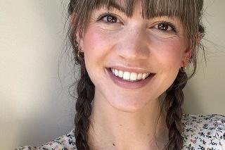 Lauren sa naučila mať rada svoje sivé vlasy.