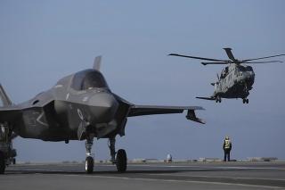 Tisícky vojakov NATO, niekoľko vojnových lodí a desiatky lietadiel sa zúčastňujú na vojenských cvičeniach.