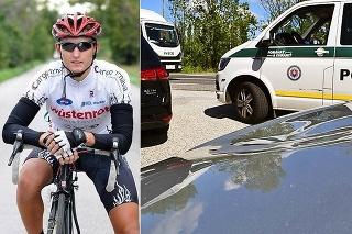 Vľavo cyklista, vpravo preliačená kapota.