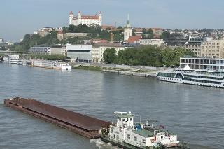 Lode kotviace v osobnom prístave na rieke Dunaj v Bratislave.