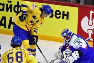 Na snímke sprava Šimon Nemec (Slovensko), brankár Adam Húska (Slovensko), Filip Hallander (Švédsko) a Victor Olufsson (Švédsko) počas zápasu základnej A-skupiny Švédsko - Slovensko