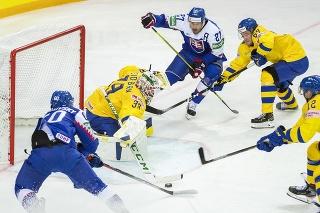 Na snímke zľava Juraj Slafkovský (Slovensko), brankár Adam Reideborg (Švédsko), Marek Hrivík (Slovensko), Jonathan Pudas (Švédsko) a Max Friberg (Švédsko) počas zápasu základnej A-skupiny Švédsko - Slovensko na 84. majstrovstvách sveta v ľadovom hokeji v lotyšskej Rige.