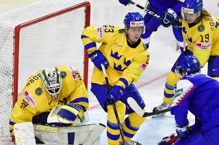 Na snímke sprava Pavol Skalický (Slovensko),  Marcus Sorensen (Švédsko) a Jesper Sellgren (Švédsko) počas zápasu základnej A-skupiny Švédsko - Slovensko na 84. majstrovstvách sveta v ľadovom hokeji v lotyšskej Rige.