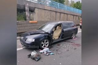 TRNAVA: Vodiča pri odstavenom aute na R1 zrazila dodávka.