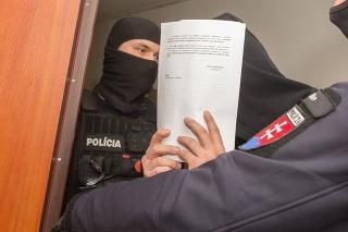 Na snímke bývalý šéf kontrarozviedky SIS Peter Gašparovič v sprievode polície na Špecializovanom trestnom súde v Pezinku.