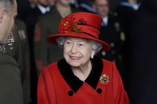 Kráľovná Alžbeta II počas návštevy v Portsmouthe.