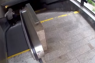 Starčeka v metre okradla žena.