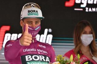 Peter Sagan z tímu Bora-Hansgrohe oslavuje na pódiu cyklámenový dres vedúceho pretekára v v priebežnom poradí bodovacej súťaže po 11. etape pretekov Giro d'Italia