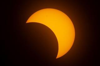 Mesiac pri pohľade zo Zeme sa pohybuje priamo pred Slnkom počas prstencového zatmenia Slnka.