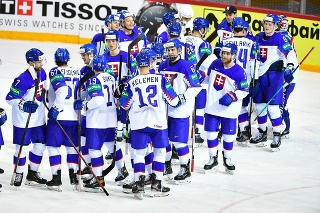 Slovenskí hokejisti ukázali po zápase veľkú radosť a súdržnosť.