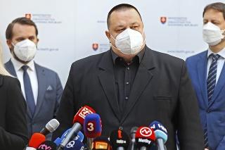 Hlavný hygienik Ján Mikas čelí otázkam, prečo majú cestujúci zo Slovenska problémy.