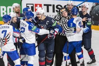 Na snímke uprostred vľavo Miloš Kelemen (vľavo) a uprostred vpravo kapitán Brian Boyle (USA) vo štvrťfinálovom zápase USA - Slovensko.