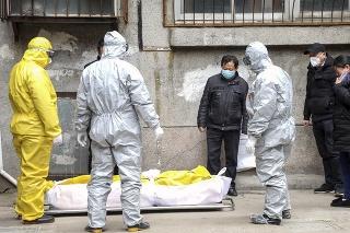 Pracovníci pohrebnej služby berú telo osoby podozrivej na ochorenie Covid-19 v čínskom meste Wu-chan.