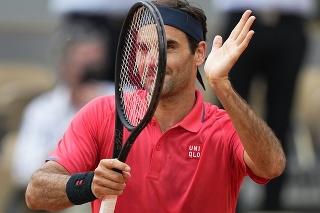 Na snímke švajčiarsky tenista Roger Federer oslavuje postup do 3. kola