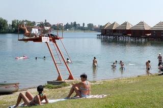 Horúce dni začnú čoskoro lákať ľudí na kúpaliská a jazerá.