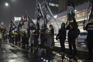 Aktivisti v Tokiu počas spomienkového podujatia pri príležitosti 32. výročia krvavého potlačenia protestov na námestí Nebeského pokoja v Pekingu.